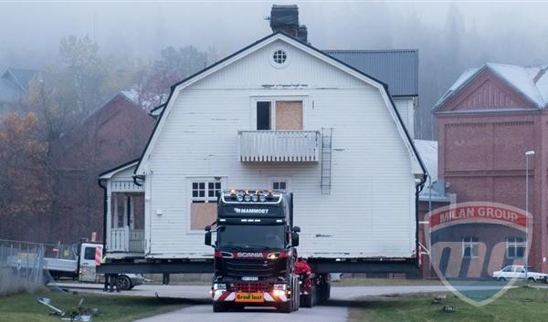 В Швеции грузовики Scania перевезли несколько жилых домов