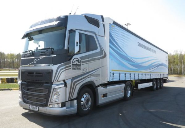 Volvo Trucks представила новые грузовики на гоночном треке