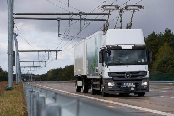 В Германии начались испытания автобана для грузовиков-троллейбусов
