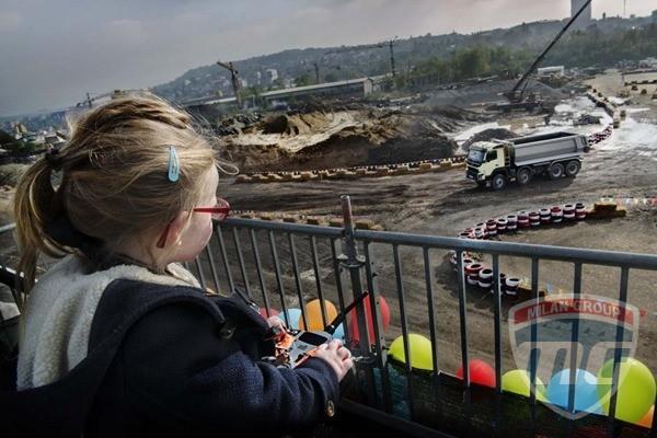 Компания Volvo доверила управление грузовиком четырехлетней девочке